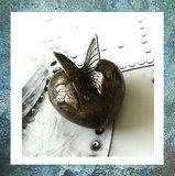 keepsake-mini-urn-hartje-brons-gedenkobject-vlinder