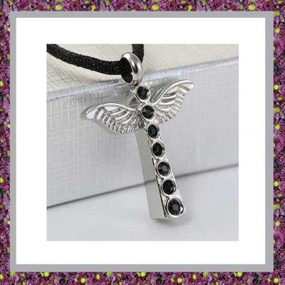 Kruis met zwarte strass en vleugels 05